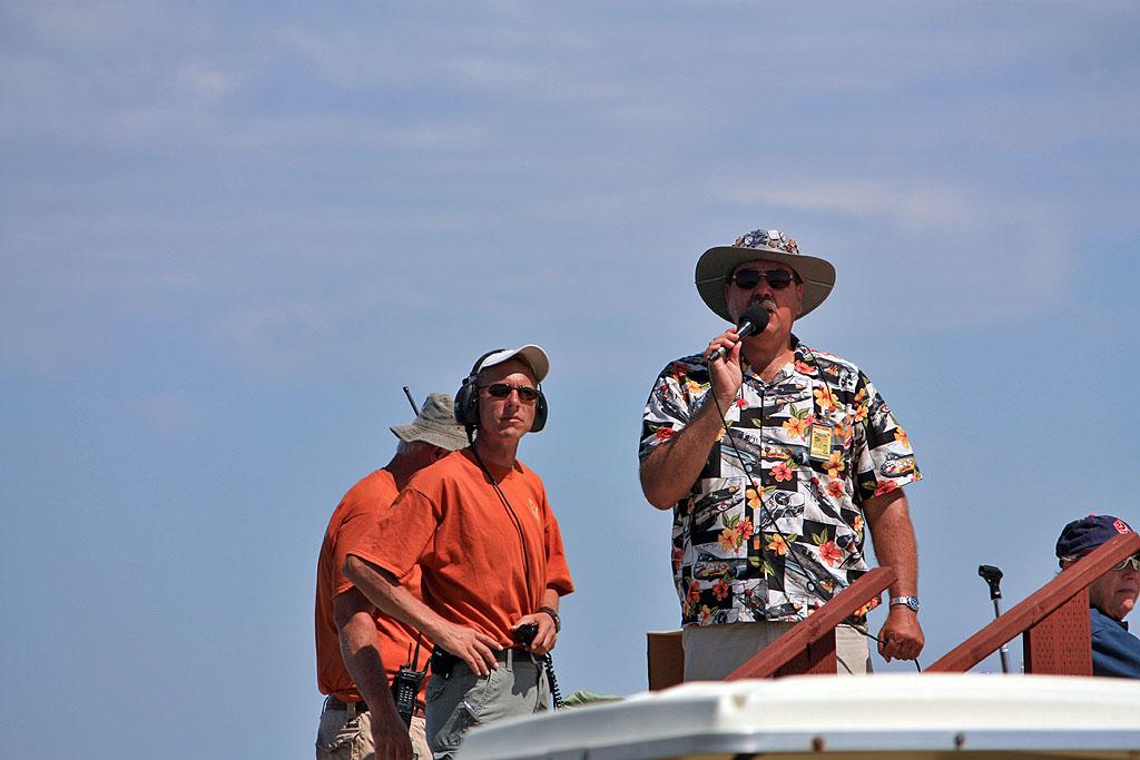 """Коммандный пост. Комментатор шоу - в """"гавайской"""" рубашке. Норберт Волоча - в белой бейсбольной кепке."""
