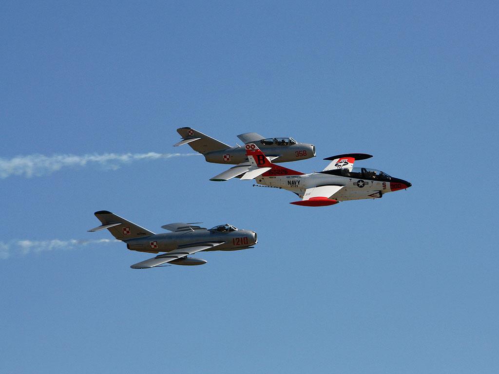МиГ-15 и МиГ-17 эскортируют американский T-2 \