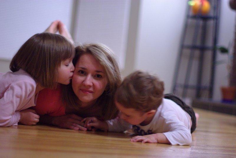 Счастливая мама с детьми:)
