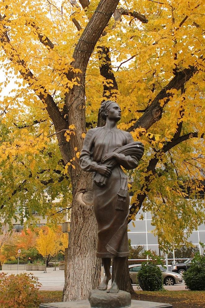 """Бронзовая статуя """"Пшеничной Мадонны"""" - символизирующий собирательный образ """"украинской женщины - первого переселенца"""" в канадские прерии."""