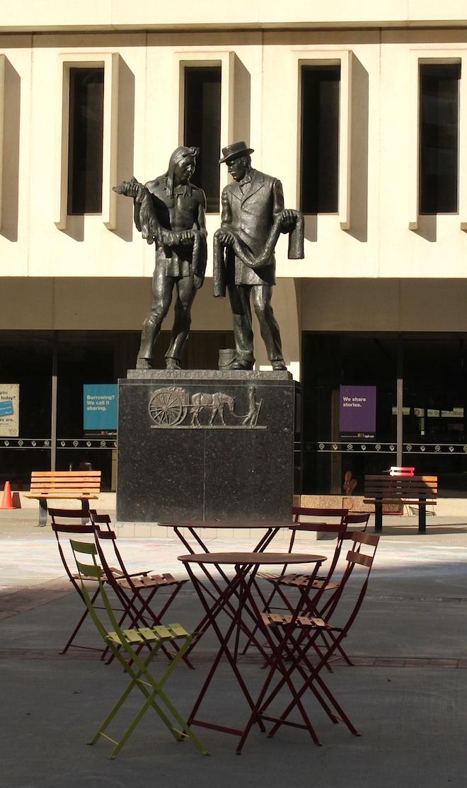 """Статуя """"Трейдеры"""". В данном случае - самой """"ходовой валютой"""" 18-19 веков - бобровыми шкурами. Именно в 90-х годах 18 века юыл основан Форт Эдмонтон - как торговый пост компании """"Хадсон Бей"""""""