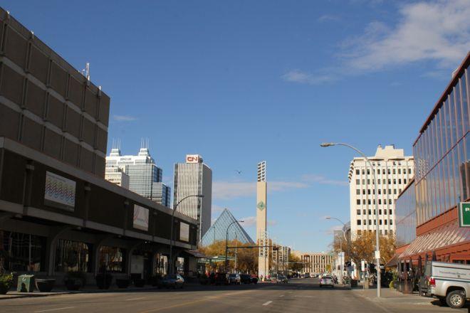 Вид на 99-ю Улицу. Видна та самая Башня Ратуши..