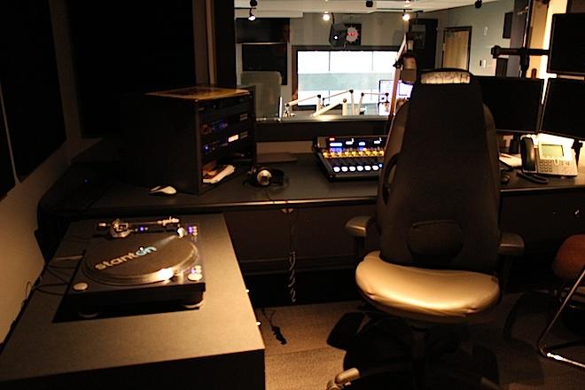 """В персональной студии """"Бабы"""" - колоритной звезды в созвездии ведущих радио CKUA"""