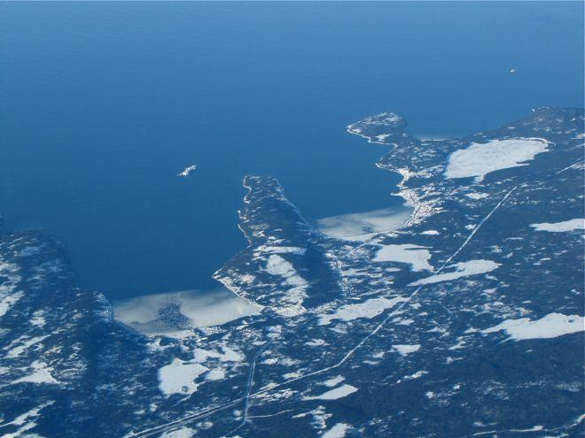 Бухточки. Иногда в таких бухточках видны те самые живописные рыбацкие деревеньки - визитная карточка Ньюфаундленда. А вот смотрю - у берега образуется лёд.