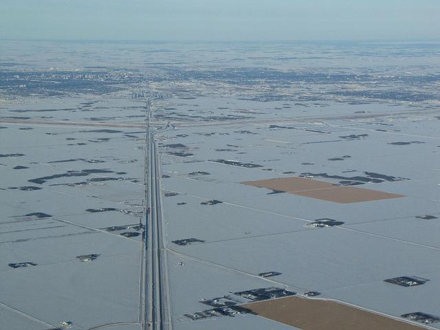 Ясный, морозный день наж Виннипегом, бесконечные поля ферм.