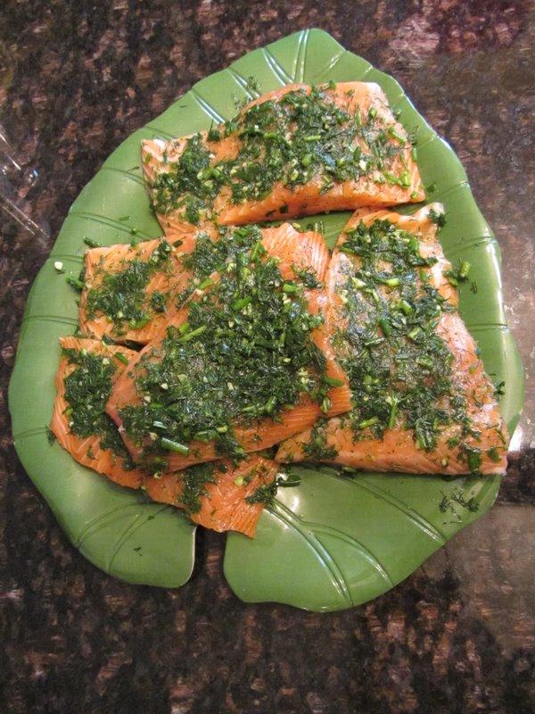 Подготовленные по рецепту куски салмона в зелени