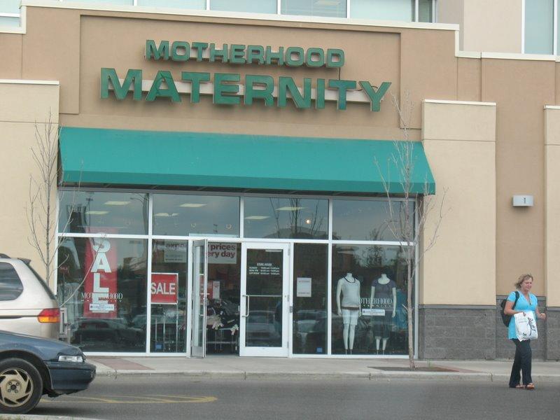 Марина выходит из магазина одежды для беременных