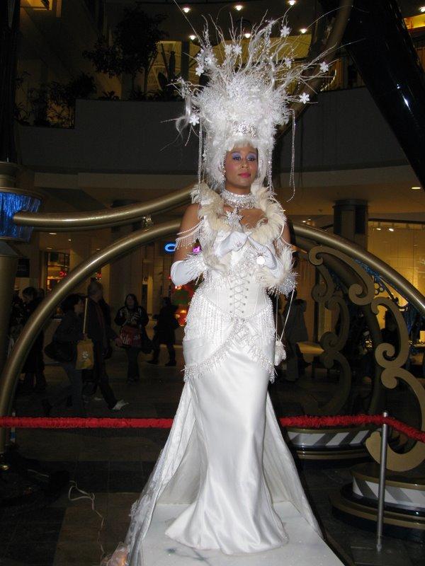 Девушка-зима, живые статуи в торговом центре Чинук