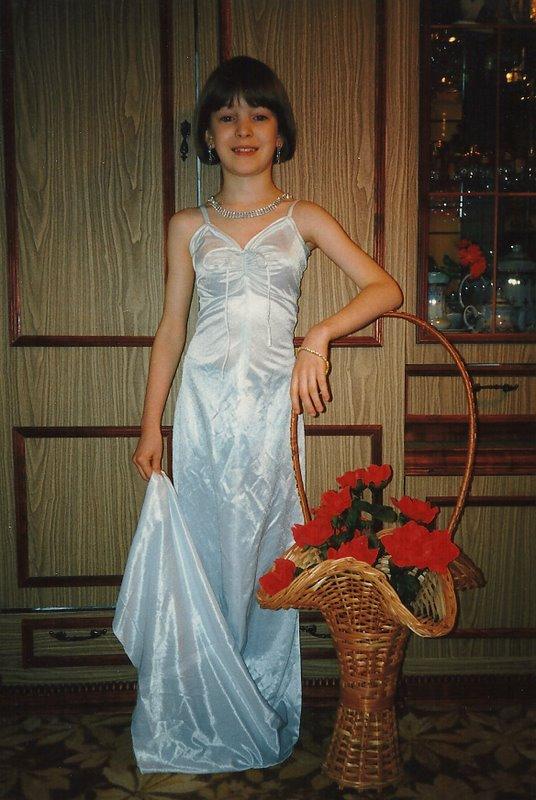 Дева маленькая примеряет мое свадебное платье:)