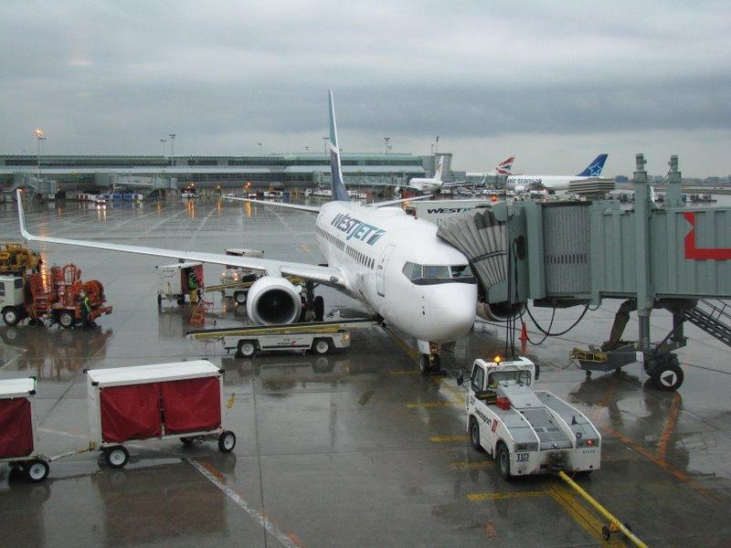 Самолет причалил к гейту