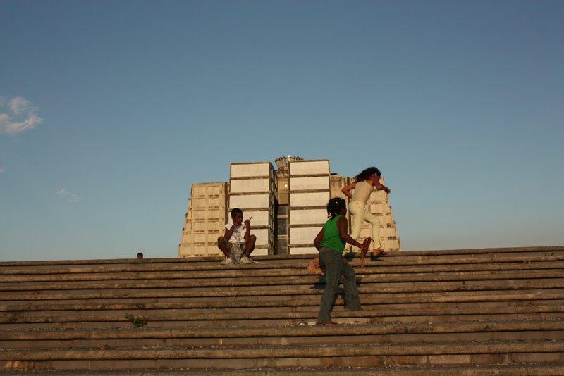 Дети играют на Маяке Колумба