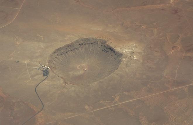 """Как раз в те дни, вскоре после наводнения, мне впервые (за все эти годы, что я летаю над Северной Америкой) удалось увидеть Аризонский метеорный кратер с воздуха. Зрелище вызвало цепь """"ассоциативных раздумий""""."""