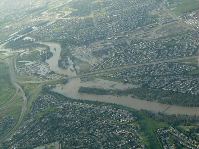 Посмотрите как вода залила  Eaglequest Golf Driving Range, прямо в середине снимка, чуть ниже моста.