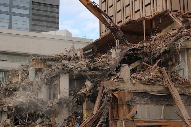 """""""Челюсть"""" бодро откусывала шматы от безжизненного тела здания..."""
