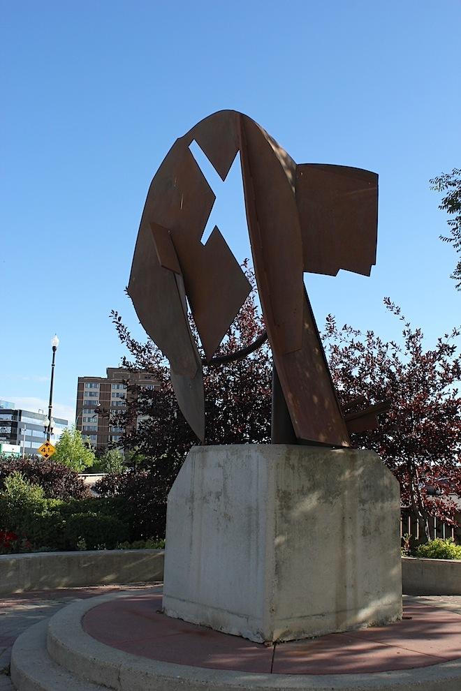 Могли бы вы, со всем напряжением вашей фантазии, предположить в этой абстракции статую, изображающую известного хоккеиста?
