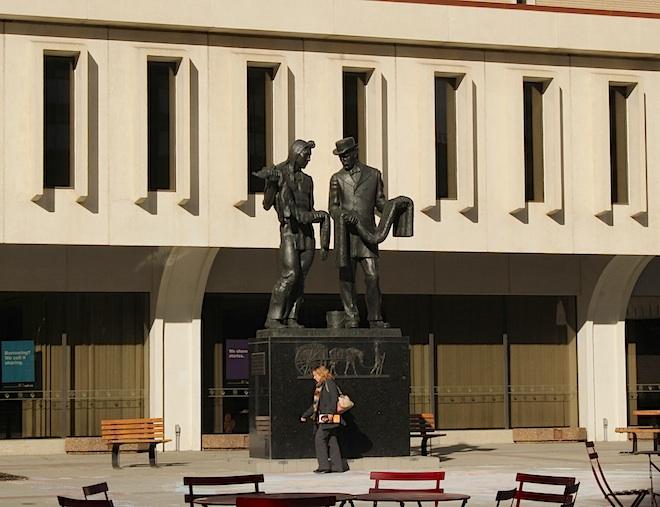 Площадь перед здание библиотеки