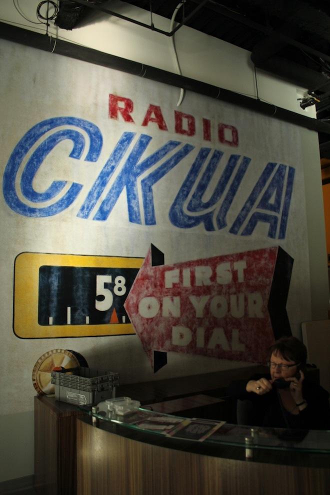 На передовых рубежах радиостанции - Патти, фронт-деск леди.