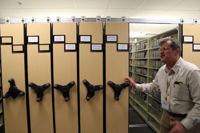 Хранилище компакт-дисков и книг. Организовано по образу и подобию шкафов в которых хранятся медицинские книжки в госпиталях.