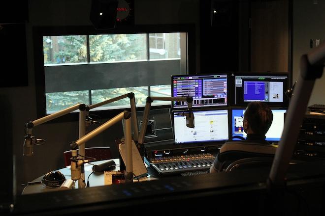В другой студии, за звуконепроницаемой стеклянной перегородкой в это время вёл прямой эфир Лайонел Роллт.