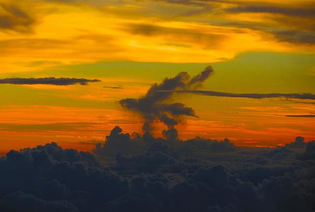 """Словно сказочная птица """"Феникс""""... Облака исчезают, и появляются, в вечном круговороте природы... Вертикальные потоки воздуха - очень мощный фактор влияющий на формирование определеных форм облачности."""