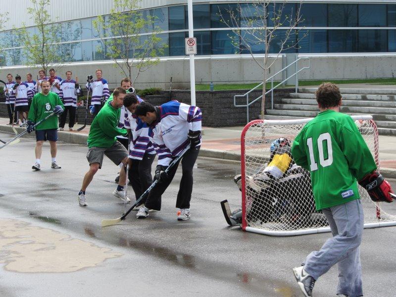 Хоккей в Вестджете во время обеда